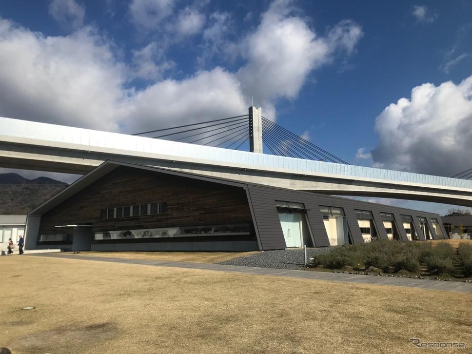 新名神高速道路、新四日市ジャンクション〜亀山西ジャンクション間開通で、クルマ旅の際はますます利用したいアクアイグニス片岡温泉。《撮影 中込健太郎》