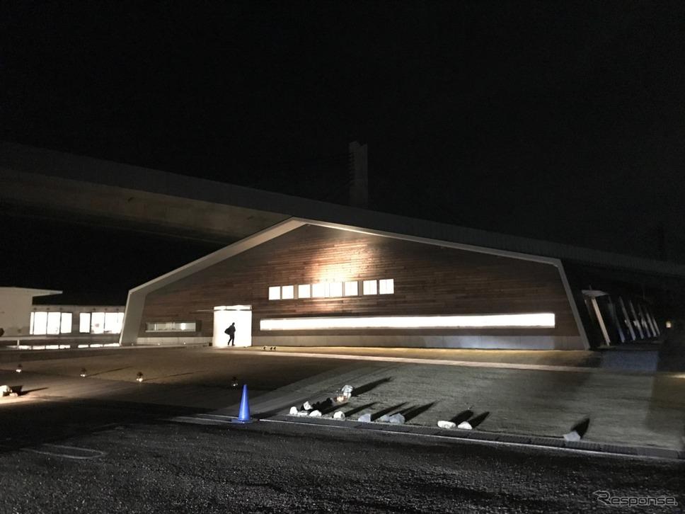 光りを巧くアクセントにしている建築デザイン。あの空間でゆったり過ごすこと自体、至福のひと時と言えるだろう。《撮影 中込健太郎》