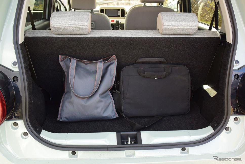 荷室は小物置き場。長旅をする場合は柔軟性のあるボストンバッグなどを使うといいだろう。《撮影 井元康一郎》