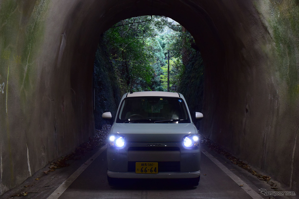 どんな険路でも道幅が気にならないのは軽自動車の特権。《撮影 井元康一郎》