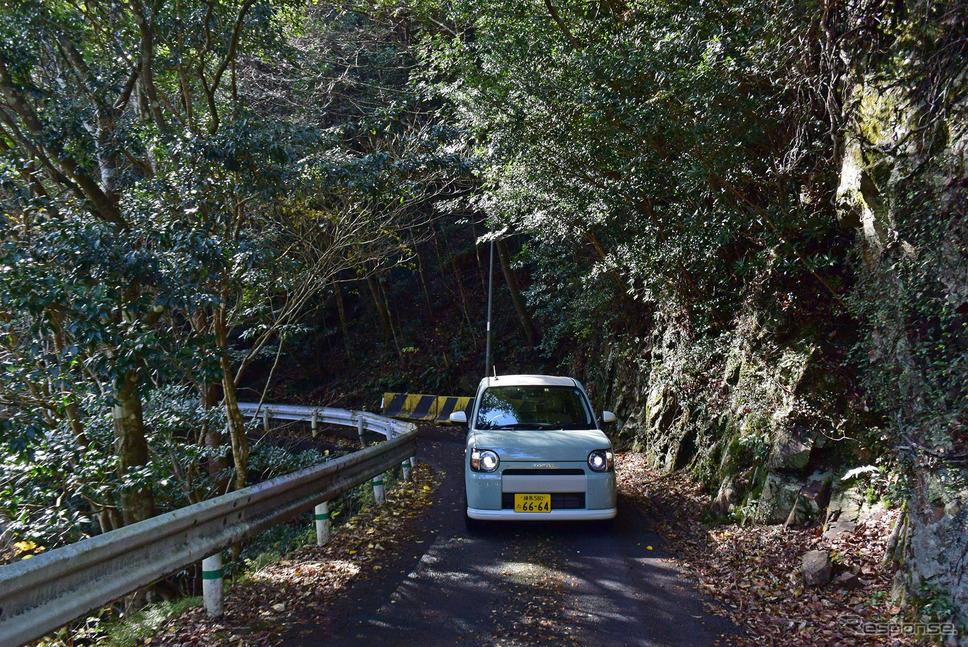 宮崎奥地のダム湖岸道路を行く。《撮影 井元康一郎》