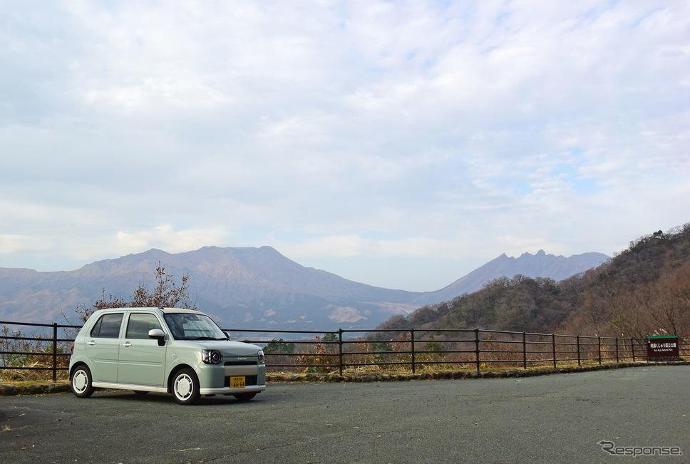 阿蘇山をバックに記念写真を撮った。《撮影 井元康一郎》
