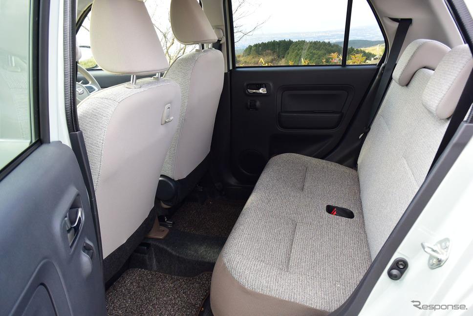 後席の背もたれは分割ではなく一体可倒式で、2人乗りか4人乗りの選択になる。《撮影 井元康一郎》