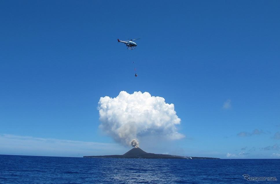 西之島火山の噴火観測の様子 (2015年撮影)