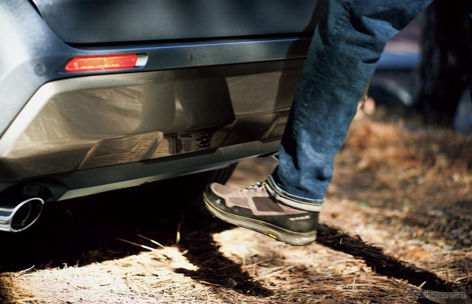 トヨタ RAV4の「ハンズフリーパワーバックドア」。リアバンパーの下に足を出し入れするだけでバックドアが自動開閉する。