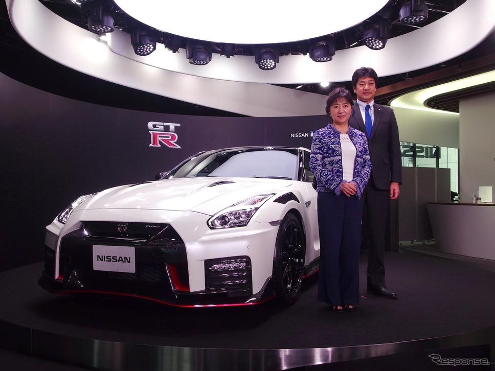 星野朝子専務執行役員(向かって左)とGT-Rの車両開発主管の田沼謹一常務執行役員。背後は日産GT-R R35 2020年モデル「NISMO」《撮影 高木啓》