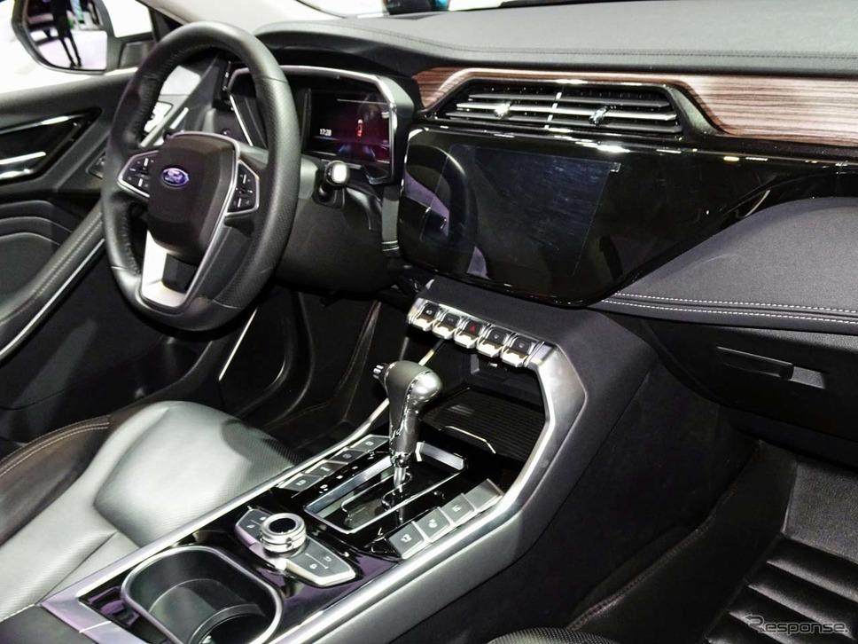 ブラックパネルにディスプレイが浮かび上がる技術が採用されたフォード・テリトリー