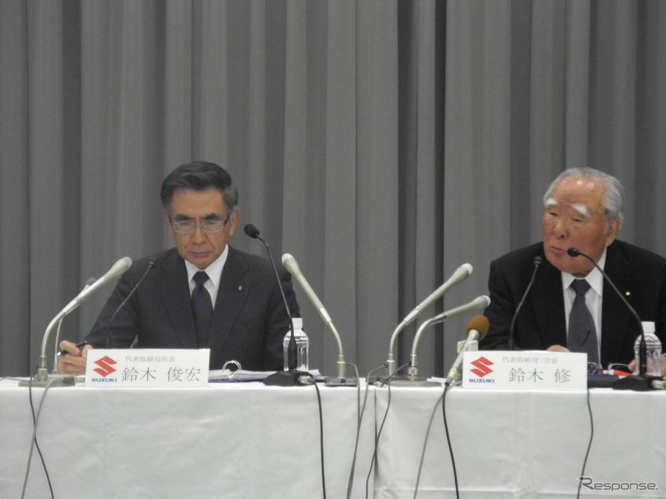 決算会見をする鈴木修(右)と鈴木俊宏社長《撮影 山田清志》