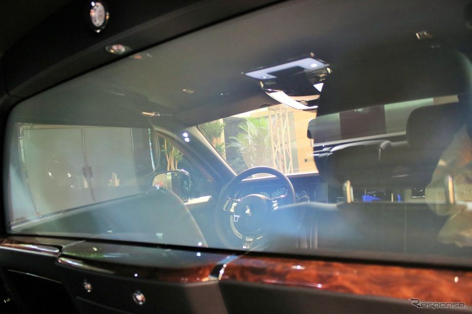 ロールスロイスファントムエクステンデットホイールプライバシースイートのエレクトロクロマチック ガラス。光の加減で白くなっているが、実はほとんど透明だ。《撮影  内田俊一》