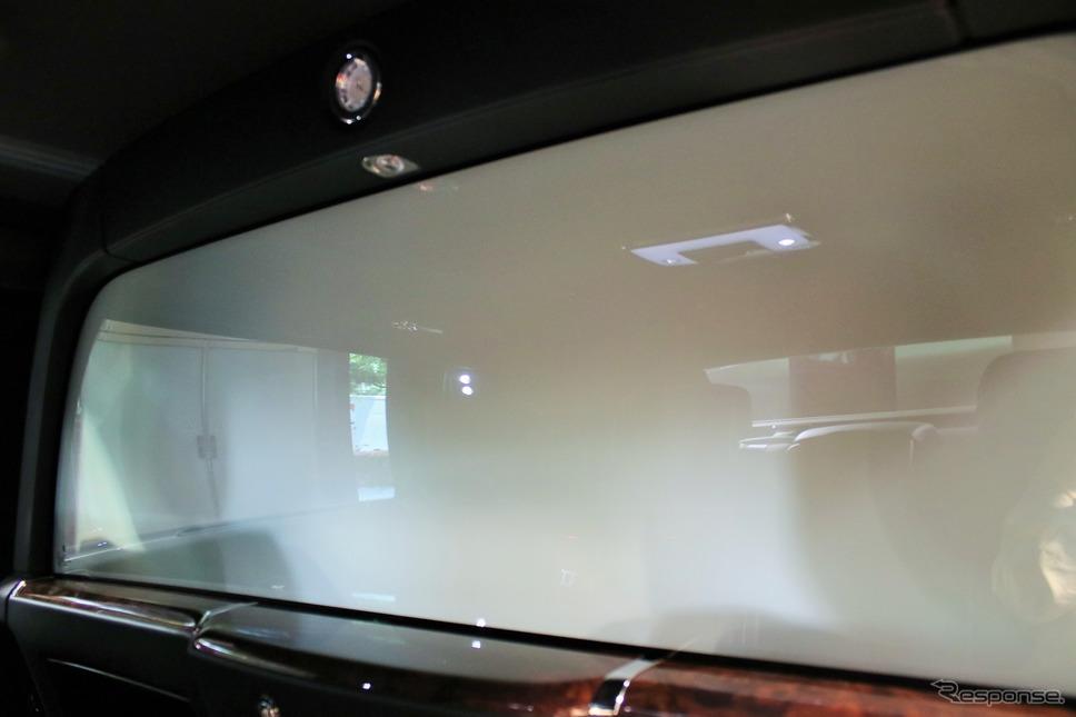 ロールスロイスファントムエクステンデットホイールプライバシースイートのエレクトロクロマチック ガラスの不透明な状態。映り込みはリアシート周りのもの。《撮影  内田俊一》