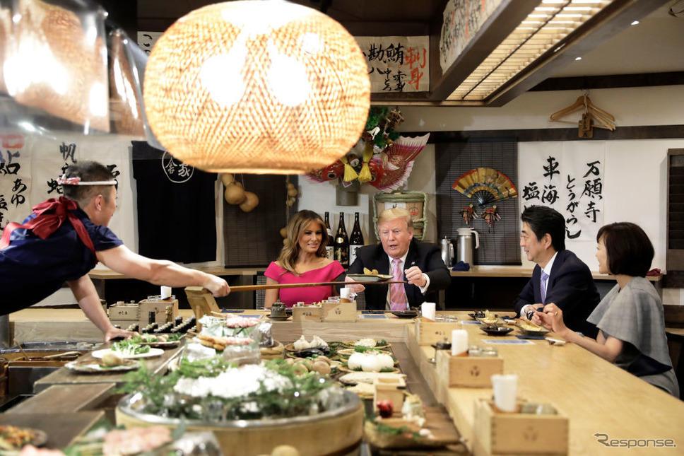 東京六本木の炉端焼きを訪れたトランプ米大統領一行。(c) Getty Images