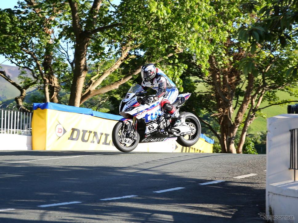 マイケル・ダンロップ選手(BMW)もあまりジャンプしないスタイル(マン島TTレース2019)《撮影 小林ゆき》