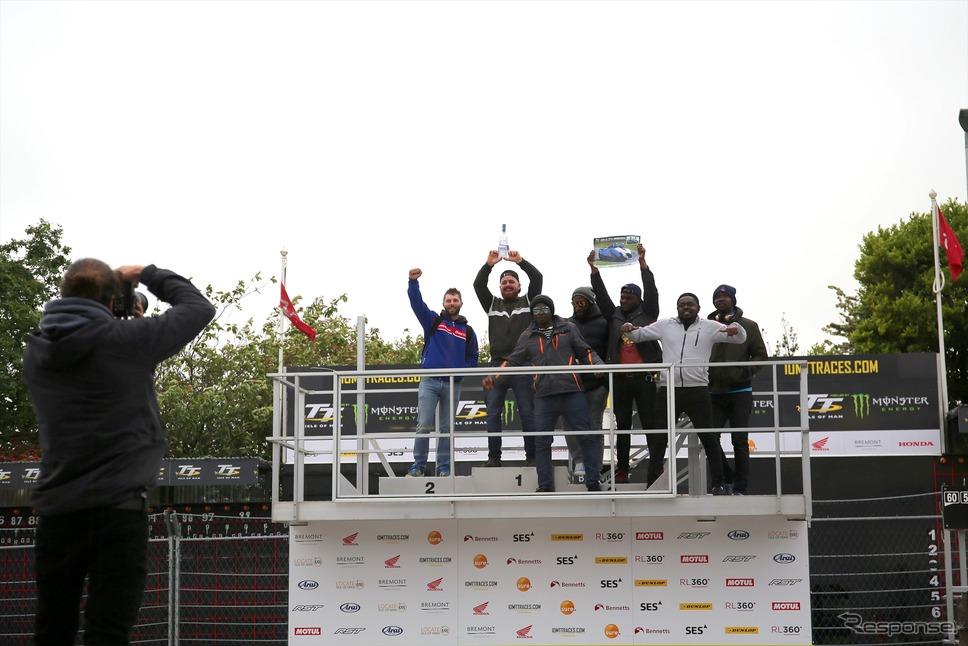 表彰台で記念写真を撮るビジター(マン島TTレース2019)《撮影 小林ゆき》
