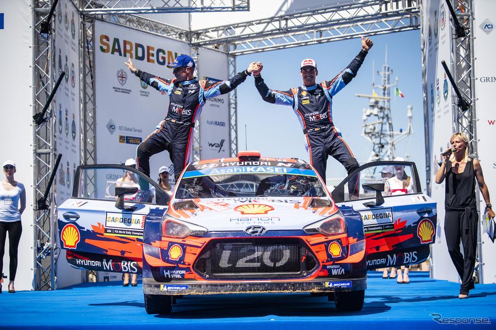 ヒュンダイの#6 ソルド(右)が優勝(左はコ・ドライバーのC.デル・バリオ)。《写真提供 Red Bull》