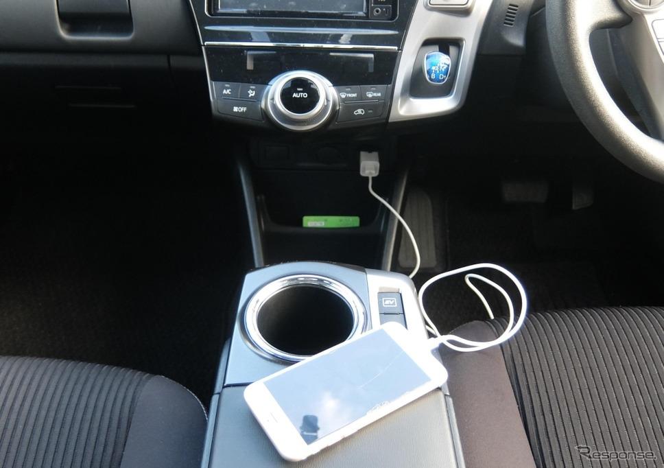 ACインバーターからの電力を利用したスマートフォンへの充電《写真 豊田自動織機》
