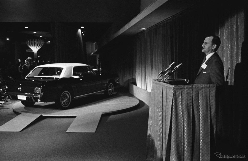 1965年型マスタングを発表するアイアコッカ氏(1964年、ニューヨーク)《photo by Ford Motor》