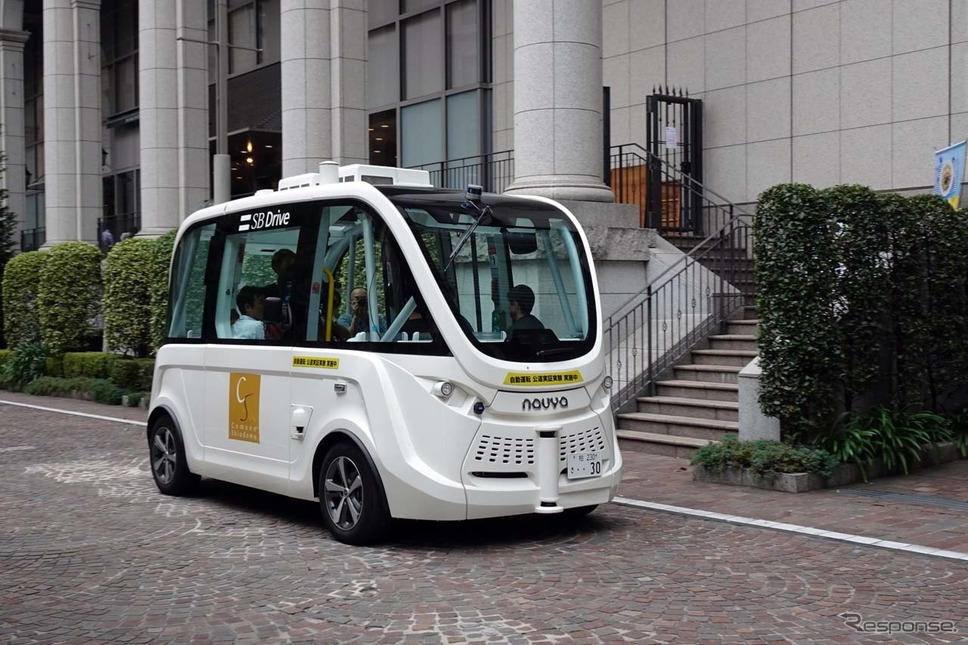 東京イタリア街を走行するSBドライブの実証実験車両、ハンドルないバス。《撮影 会田肇》