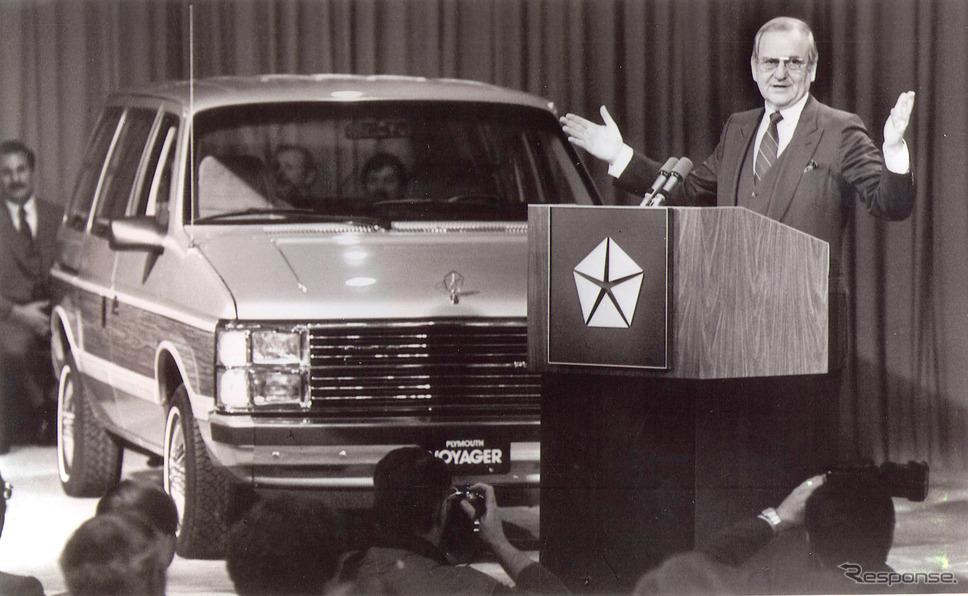 前輪駆動の1984年型ミニバン(プレマス・ヴォイジャー、ダッジ。キャラバン、ダッジ・ミニ・ラム・バン)を発表するアイアコッカ氏(1983年)《photo by FCA》