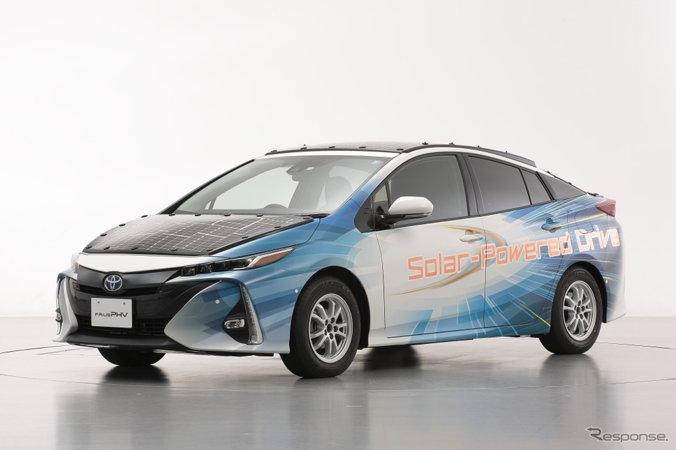 太陽電池パネルを搭載した「プリウスPHV」実証車《写真 トヨタ自動車》