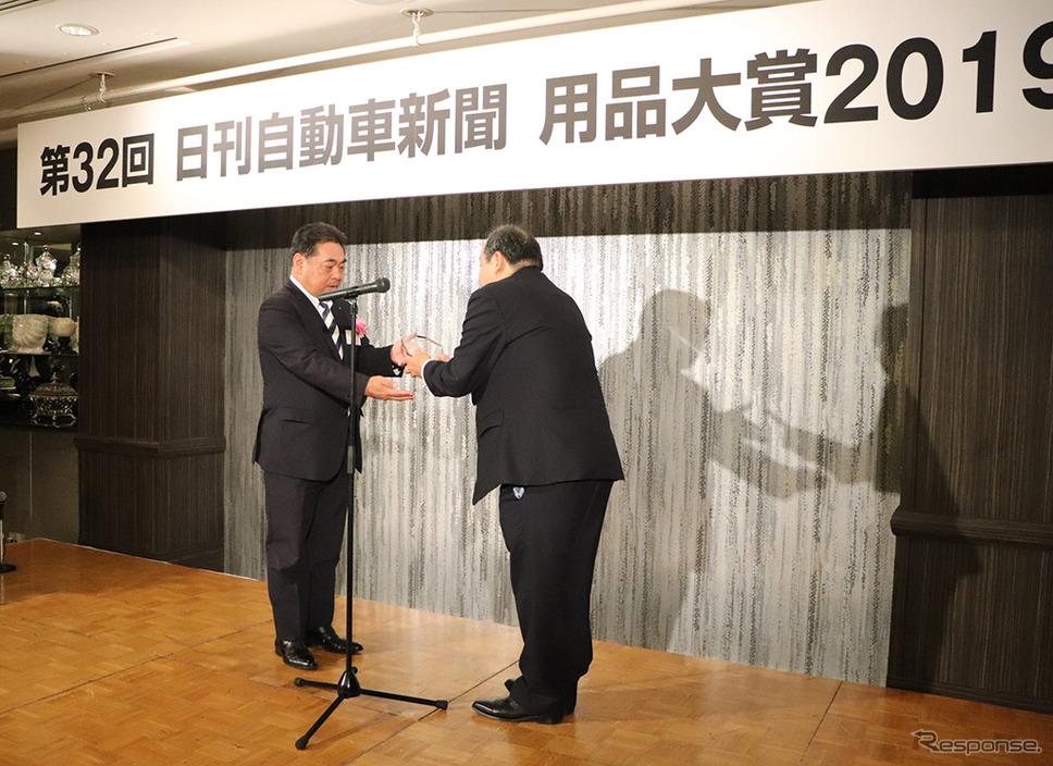 表彰式で盾を受け取る住友ゴム 増田栄一執行役員《画像 住友ゴム》