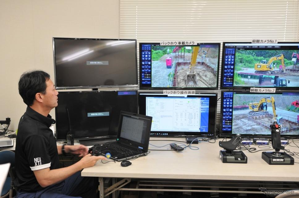 モニターを見ながら、コントローラーによるCat320のマニュアル遠隔操作も可能。《写真 丹羽圭》