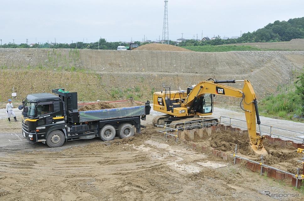 無人のCat320による自動掘削・積込作業《写真 丹羽圭》