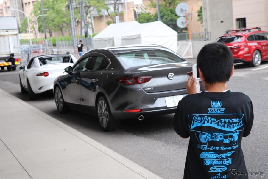 自分が参加しない時間に写真に収める来場者の姿も。子供が参加するイベントで実車が展示されるケースは稀。子供たちからも大いに注目されていた。《撮影 中込健太郎》