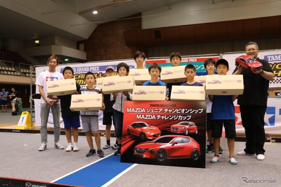マツダジュニアチャンピオンシップ参加者には、マツダ3のボディが進呈された。《撮影 中込健太郎》