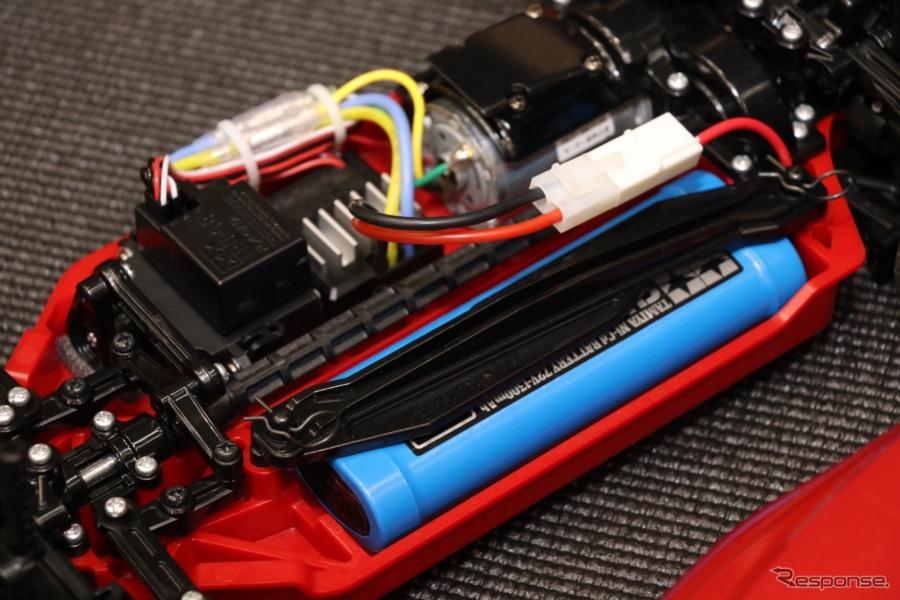 4WDのTT-02シャーシ、このマツダ3のセットのみ、イメージカラーを反映させたレッドのロワデッキが専用に用意される。《撮影 中込健太郎》
