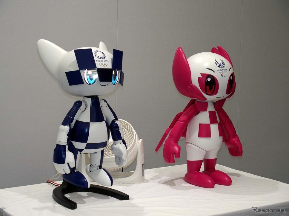東京2020大会マスコットロボット。左から「ミライトワ」「ソメイティ」。動くのは左の「ミライトワ」
