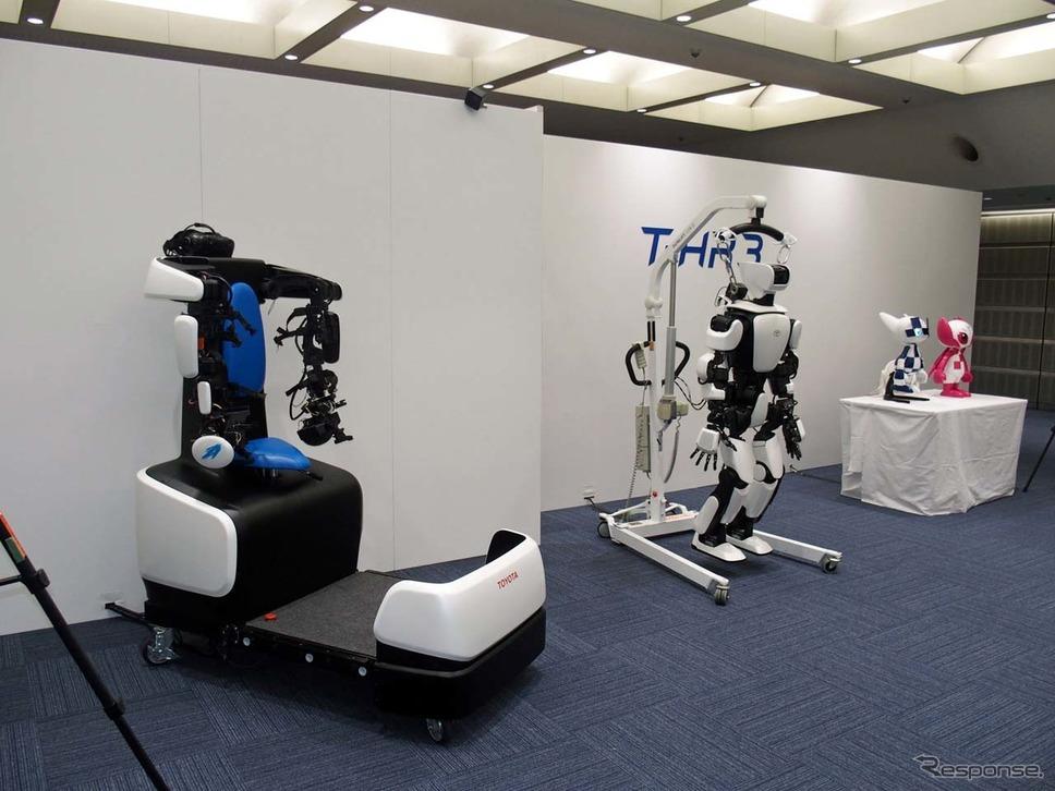 ヒューマノイドロボット「T-HR3」(手前)とマスコットロボット「ミライトワ」の連携も可能
