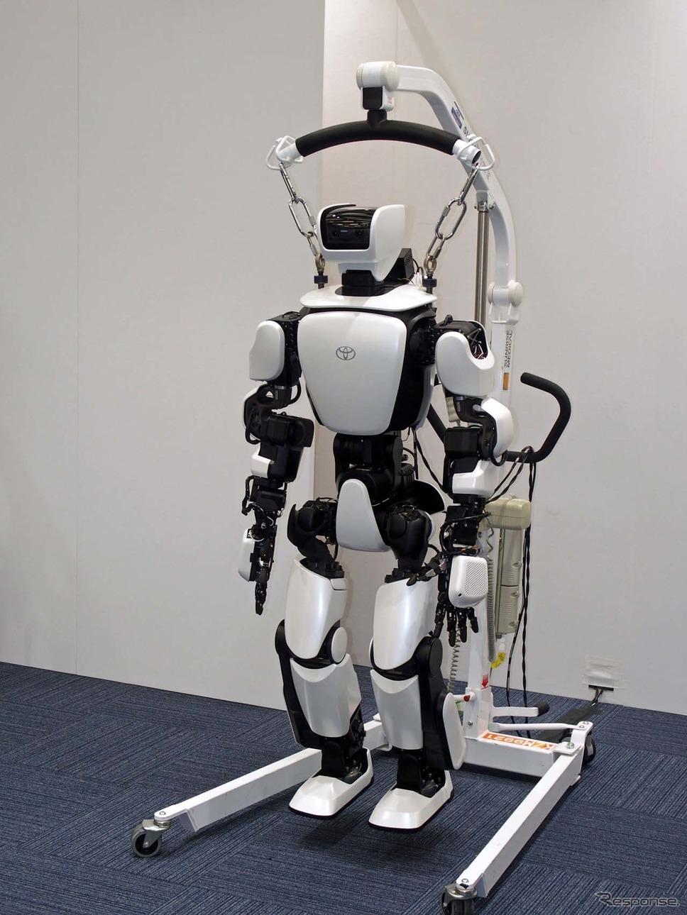 ヒューマノイドロボットの「T-HR3」。倒れることも想定して吊り下げて使われる予定