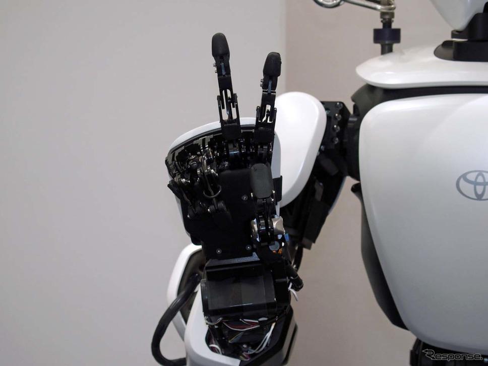 ヒューマノイドロボットの「T-HR3」はピースサインもできた