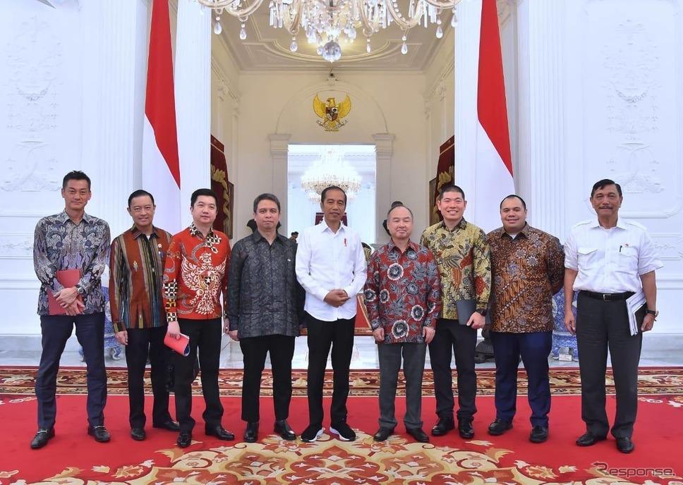 ソフトバンクがグラブを通じてインドネシアの都市部での次世代輸送ネットワーク構築に20億ドルを投資すると発表。右から4人目はソフトバンクグループの孫正義会長兼CEO《photo by Grab》