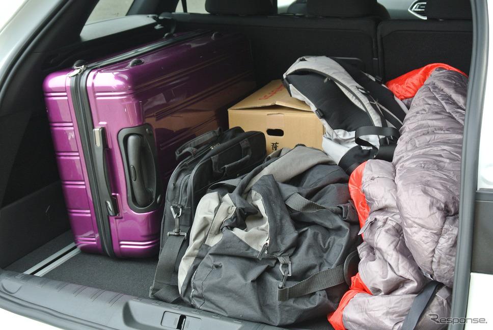 荷室に荷物を満載してみたが、収容力はCセグメントワゴンとしては抜群に高かった。《撮影 井元康一郎》