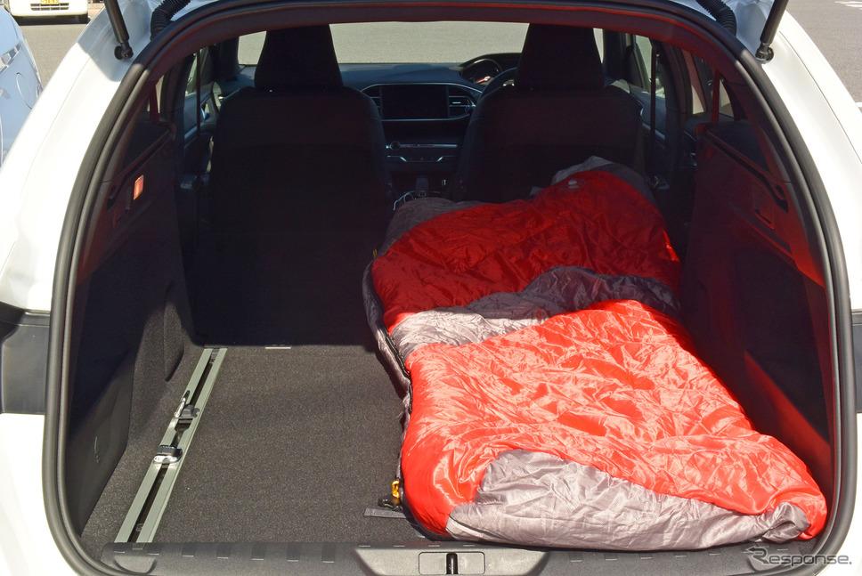 寝袋を持ち込んで車中泊を試みてみた。後席を倒したときの荷室長が長いため余裕を持って寝られた。荷室の床ボードが商用バン並みに強固だったり、ボディの遮音性が高かったりと、予想以上に車中泊向きだった。《撮影 井元康一郎》