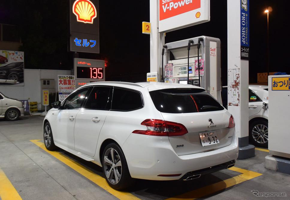 ガソリンスタンドで軽油を補給中。最近は軽油の価格が上昇傾向でガソリンとの価格差が詰まってきたが、燃費が良いため依然として走行コストは安い。《撮影 井元康一郎》