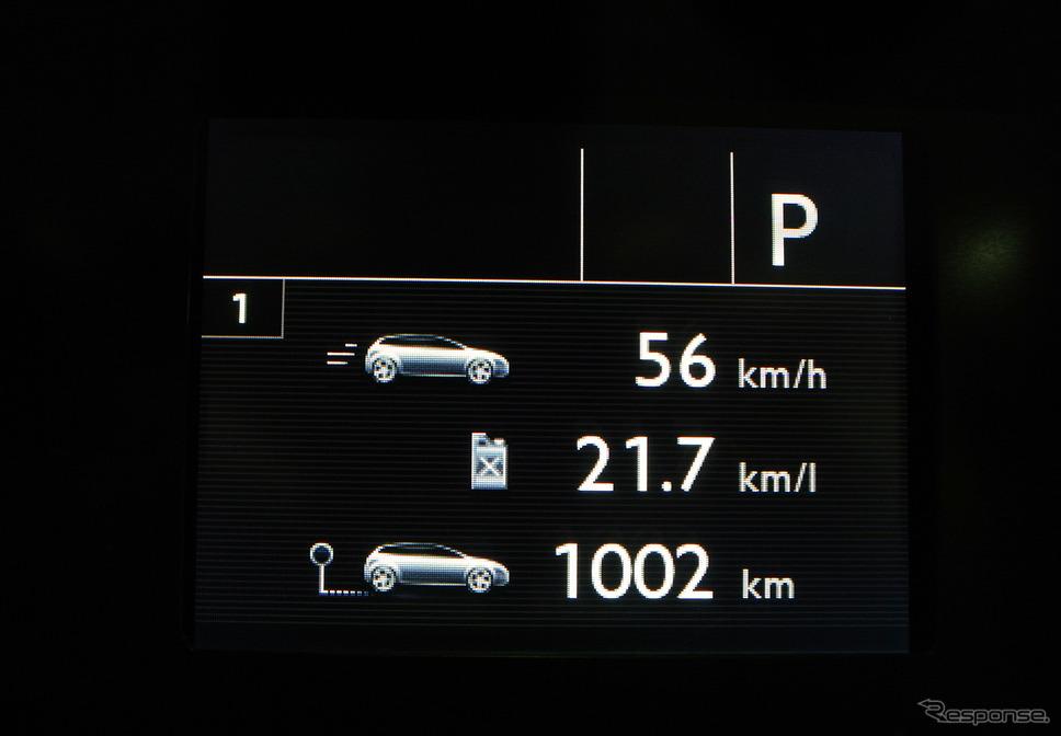 燃料タンク容量は52リットルと小さいが、ロングドライブではハイペースで走ってもワンタンク1000kmくらいは十分に走れる。平均燃費計はL/100kmをkm/Lに換算した数値で、実燃費は常に計器表示を上回った。《撮影 井元康一郎》