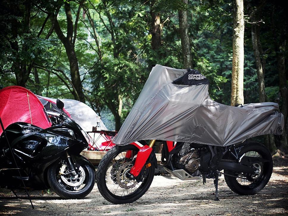 キャンプツーリングでの使用を念頭にアウトドアのトレンドカラーと機能性を反映した専用バイクカバー《画像:ビーズ》