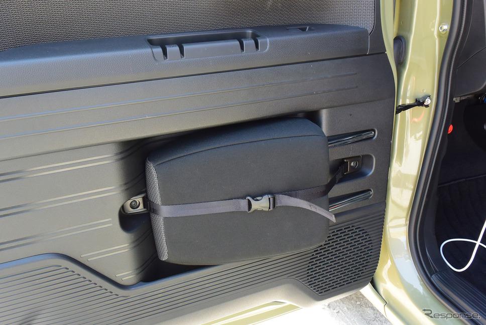 フロントドアには1列目助手席を折り畳むさいに外したピローを収納するスペースが設けられていた。《撮影 井元康一郎》