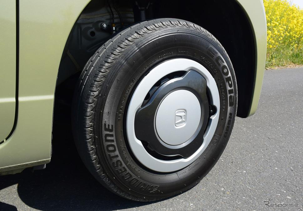 タイヤは商用車用のブリヂストン「エコピア R680」。内圧は前280kPa、後350kPaと、乗用車よりずっと高く、パンパンである。《撮影 井元康一郎》