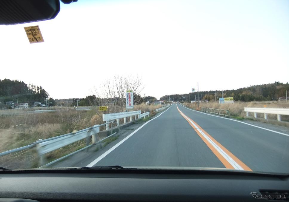 福島県富岡町を行く。フロントガラス上部には遮光ぼかしが入っていた。《撮影 井元康一郎》