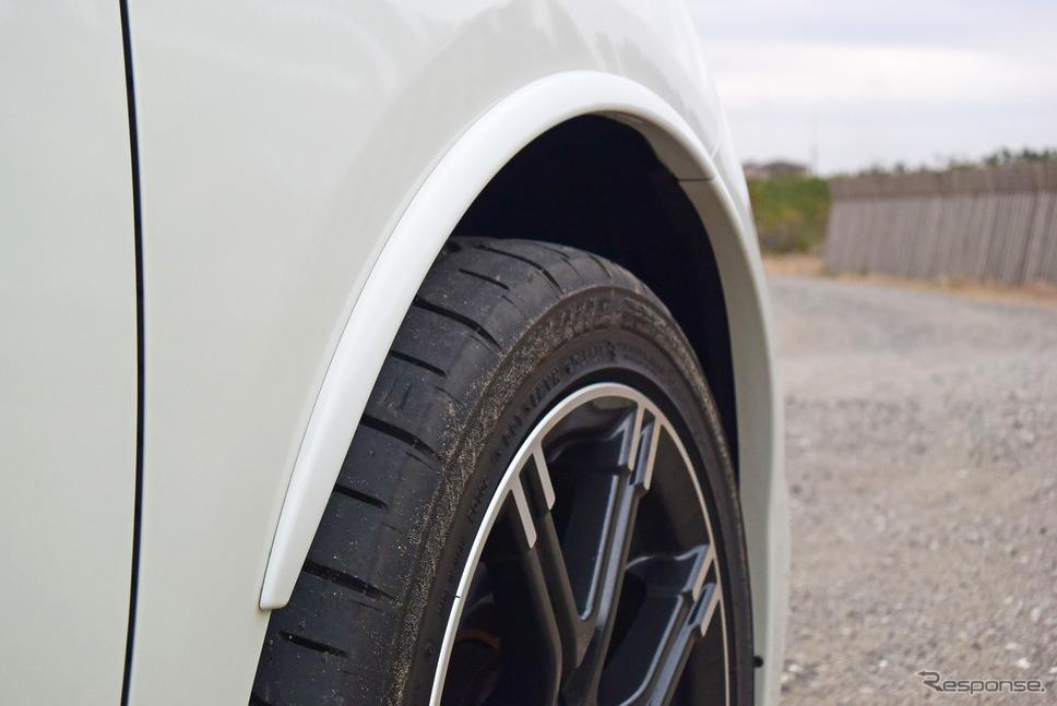 幅205mmのオーバーサイズタイヤを履くためアーチが増設されたフロントフェンダー。《撮影 井元康一郎》