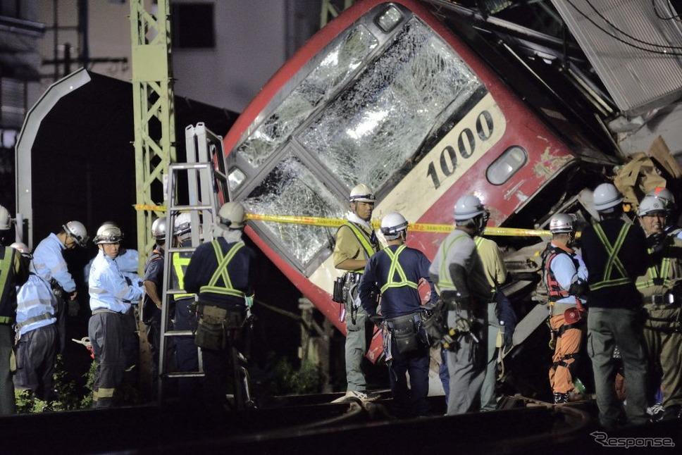 京急、トラックと衝突、脱線《photo (c) Getty Images》