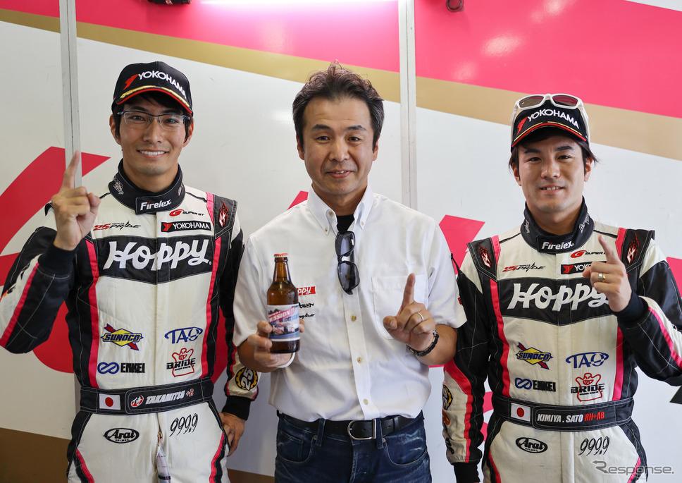#25の(左から)松井、土屋武士監督、佐藤。《撮影 益田和久》