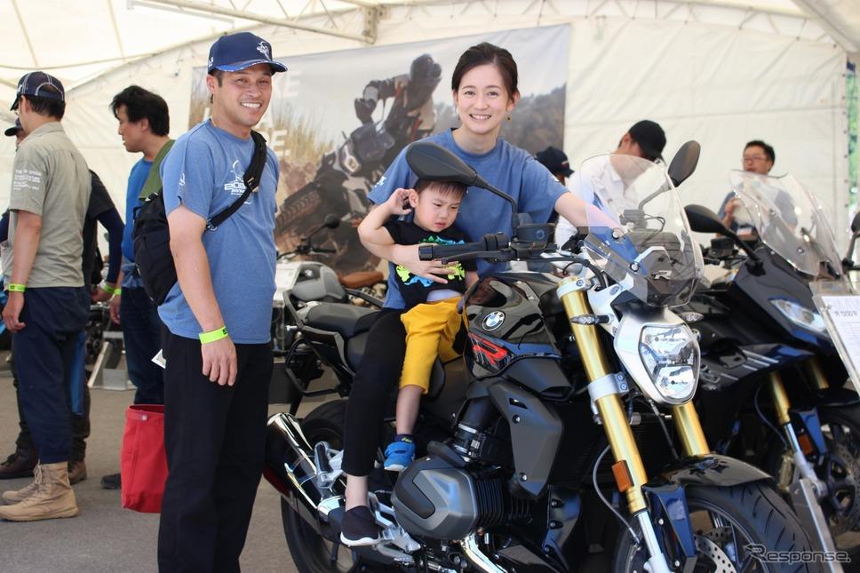 石川県から来たという池下さんご家族は新型R1250を試す《撮影 釜田康佑》