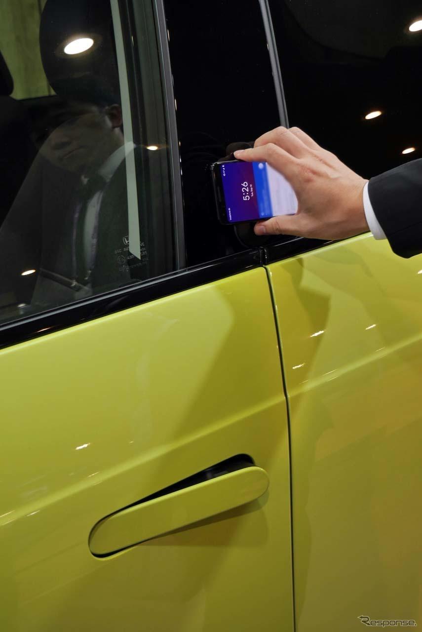 ドアの解錠/施錠はスマートフォンを使って行える。カーシェアリングを意識したという