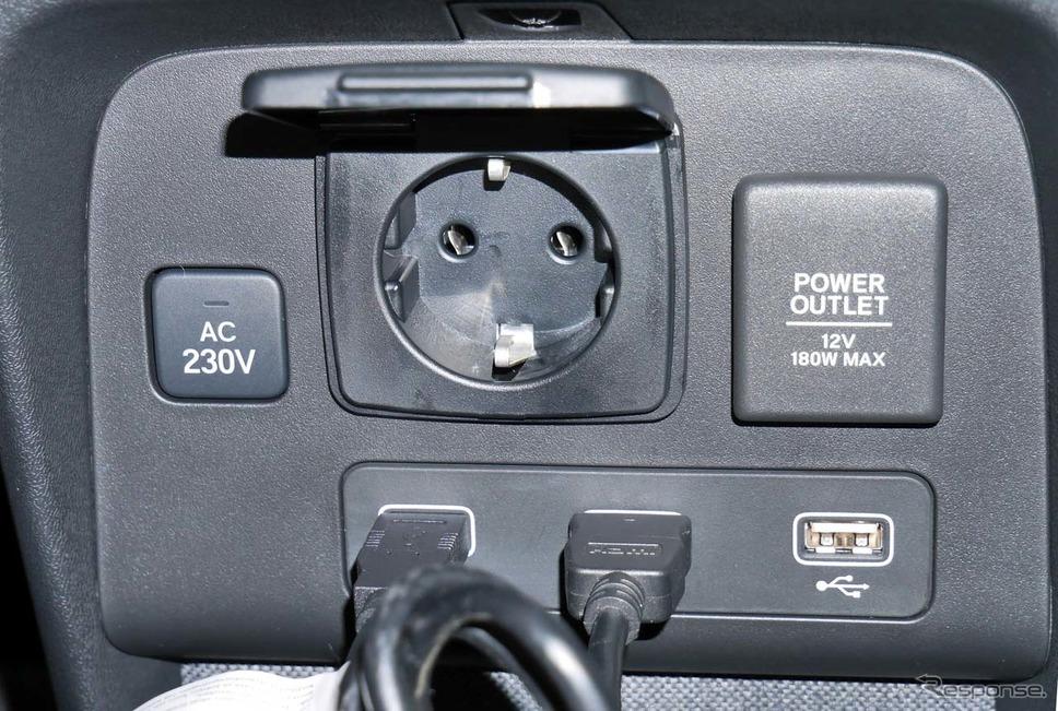 AC230V 1500Wまで対応した電源の他、USB×2、HDMI×1などが備わり、ゲームをはじめとする多彩なソースが使える