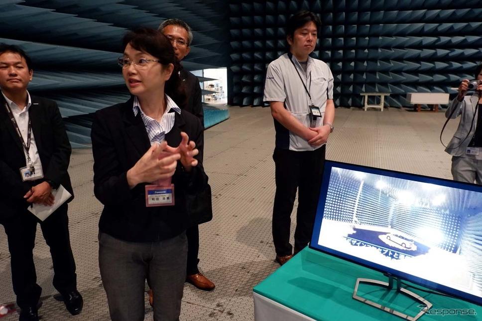 電波暗室について説明する開発本部プラットフォーム開発センター所長和田浩美氏