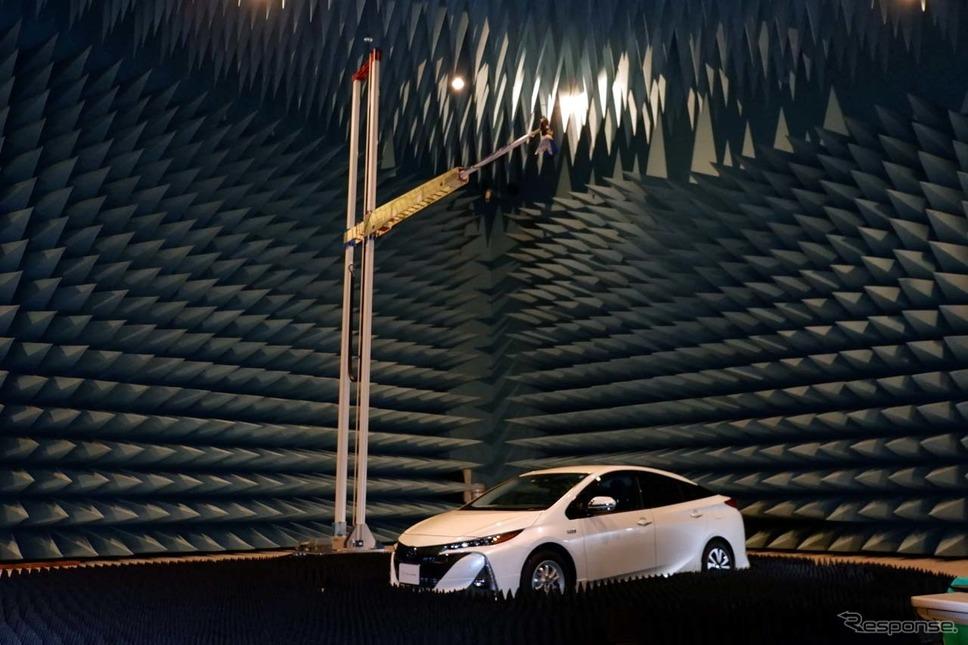 暗室内の素材は電波の影響を受けにくい強化プラスチック系の素材を多用している
